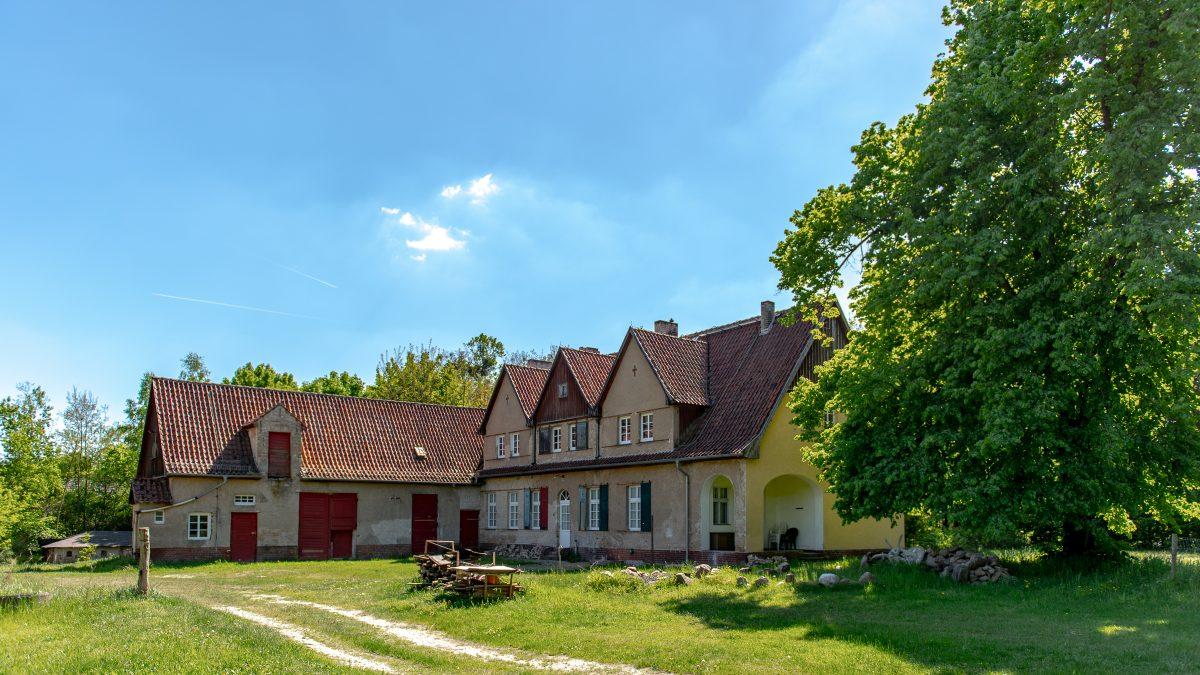 Besondere Immobilie: Sanierungsbedürftiges Gutshaus mit interessanten Wurzeln am Waldesrand zu verkaufen